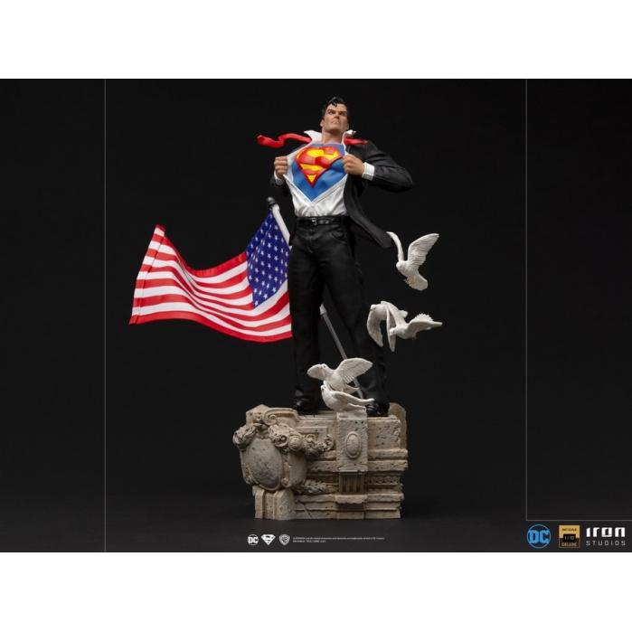 DC Comics: Superman - Deluxe Clark Kent 1:10 Scale Statue Iron Studios Product